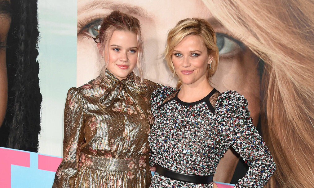 <strong>LIKHET:</strong> Da Reese Witherspoon dukket opp på den røde løperen med dattera Ava, var det flere som mente at de var prikk like. I matchende, metalliske kjoler fikk de to blitsregnet til å hagle. Foto: NTB scanpix