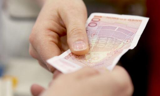 image: Sier «nei takk» til kontantene dine - og krever høye fakturagebyrer. Det må de slutte med