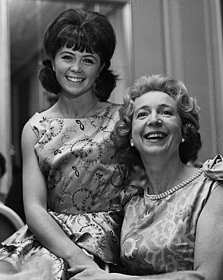 WENCHE OG WENCHE: Wenche Myhre sammen med Wenche Foss i 1964. Foto: NTB Scanpix