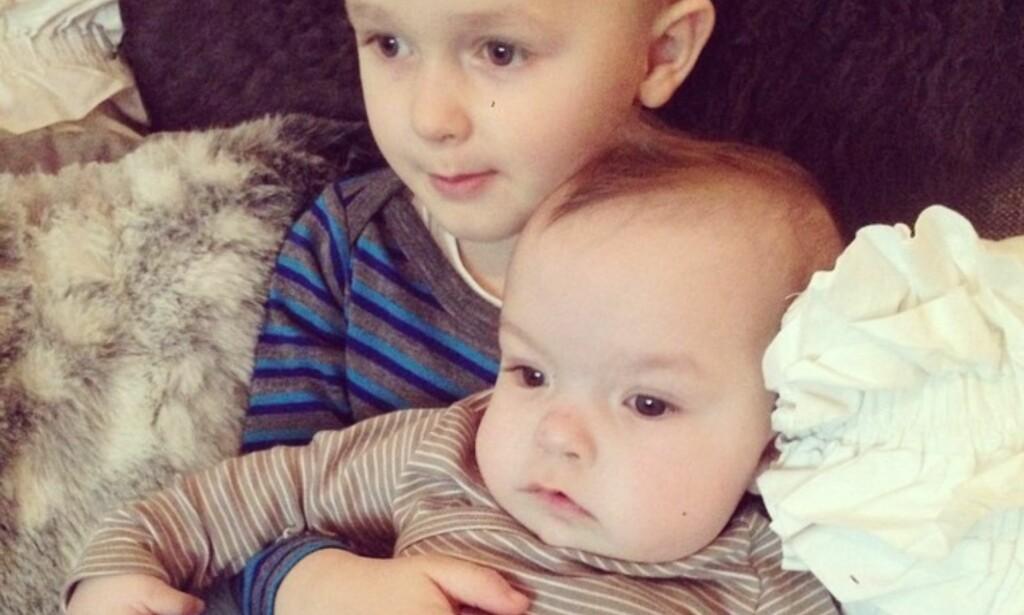 BRØDRE: Benjamin André er blitt fem år og savner lillebror Sebastian hver eneste dag, forteller mamma Ida. Foto: Privat