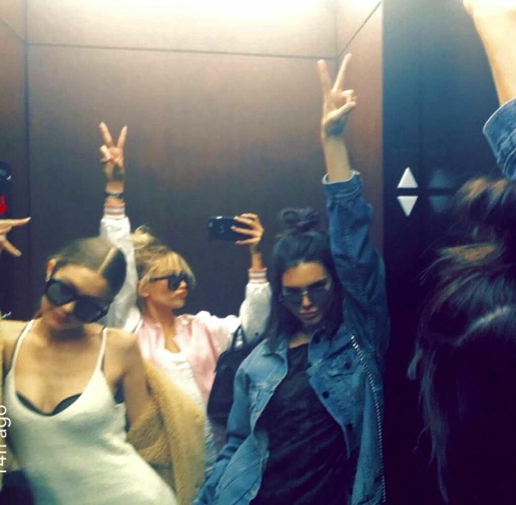 AVHENGIG AV PEACE-TEGN: Denne squaden eeelsker å ha to fingre i været. Gigi Hadid, Hailey Baldwin og Kendall Jenner sverger ofte til denne posen på bilder. Foto: Xposure