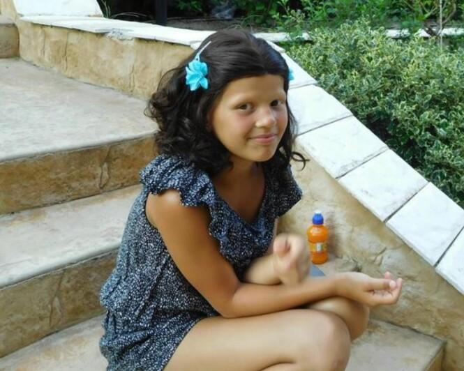<strong>MED PARYKK:</strong> Olivia bruker ikke parykk på skolen og kan fort finne på å kaste den fra seg ellers også. Foto: Privat