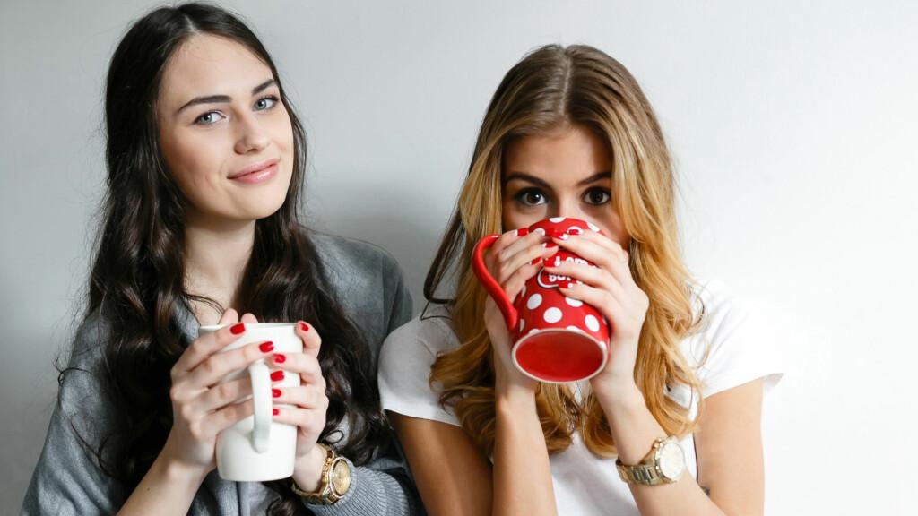 KAFFEKOS: Kos deg med en kopp varm drikke i helga – og inviter gjerne med en venninne!  Foto: Scanpix