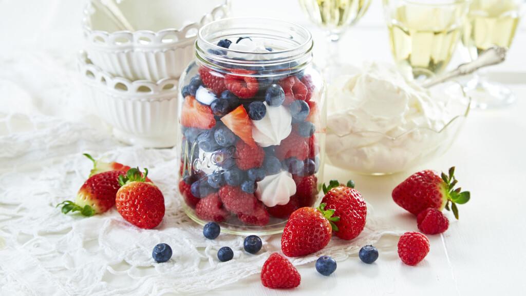 SØT OG FRISK: Vi digger denne enkle, men supergode desserten – også ser den jo så fin ut også! Foto: frukt.no