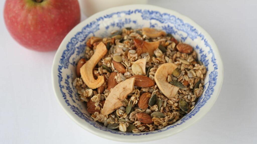 Lag hjemmelaget granola med epler og kanel. Foto: Opplysningskontoret for brød og korn