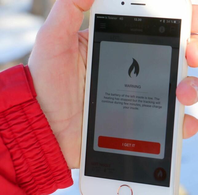 SLUTT PÅ MOROA: Etter drøye to timer i rundt -4 til 0 grader, er det slutt - og vi får denne advarselen i appen på mobilen : Batteriet er lavt og varmingen har stoppet men trackingen vil fortsette noen minutter til. Du må lade! Foto: Berit B. Njarga