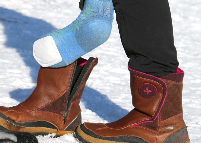 SNÅLT? Tåvarmerne har en klebrig flate på den ene siden, som skal klistres under sokken. Den er så tynn at du ikke kjenner at du har den på, men du kjenner ikke at den varmer heller ... Foto: Hanna Sikkeland