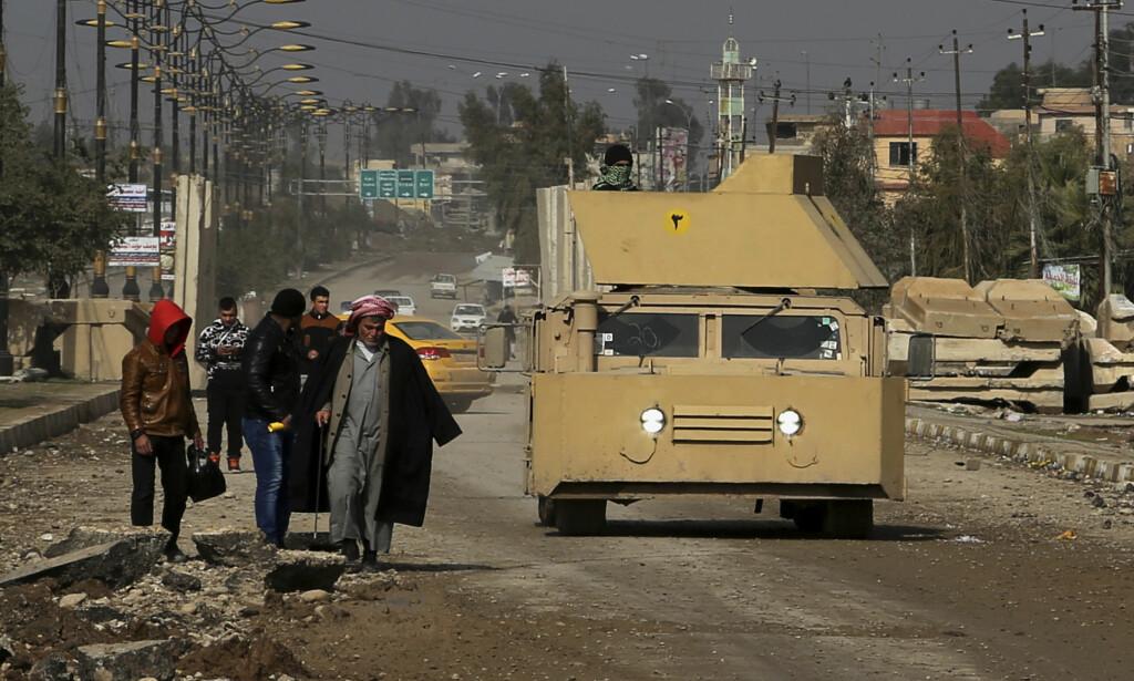 ADVARSEL: Det iraksike flyvåpenet har sluppet flere millioner flygeblader over Mosul for å advare mot IS. FOTO: AP / NTB Scanpix