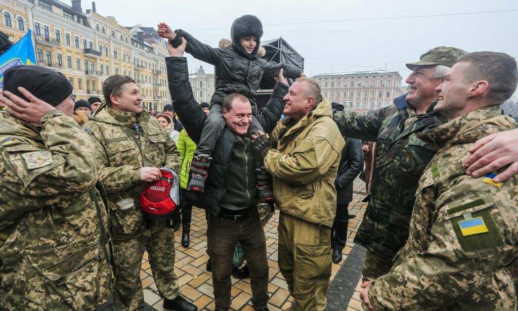 FEIRER: Ukrainaks soldater i Debaltsevo i Donetsk fylke feirer at det er tre år siden revolusjonen i Kiev. Foto: Pacific Press / NTB / Scanpix