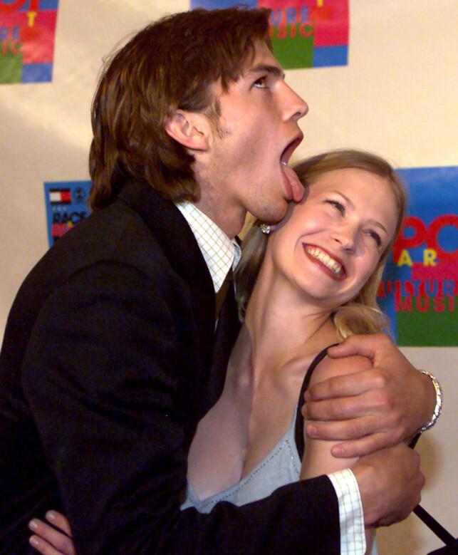 VAR SAMMEN: Ashton Kutcher gir January Jones en tullete omfavnelse på en veldedighetsgalla i Los Angeles i april 2000. Foto: Jill Connelly/ REUTERS/ NTB scanpix