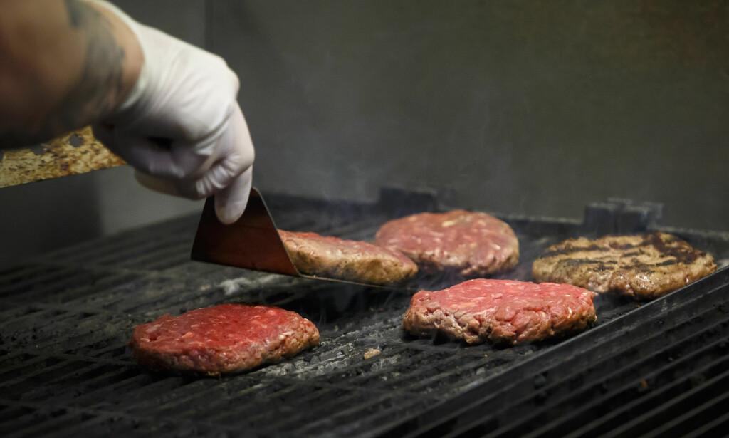 KJØTT: Å spise mindre kjøtt, særlig rødt kjøtt som på bildet, er en av mange ting en kan gjøre for å leve et mer klimavennlig liv. Foto: Heiko Junge / NTB scanpix