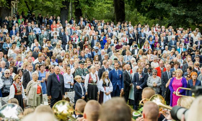 HAGEFEST: Kongeparet inviterte 1500 gjester fra hele landet til hagefest i Slottsparken.  Foto: Fredrik Varfjell / NTB scanpix