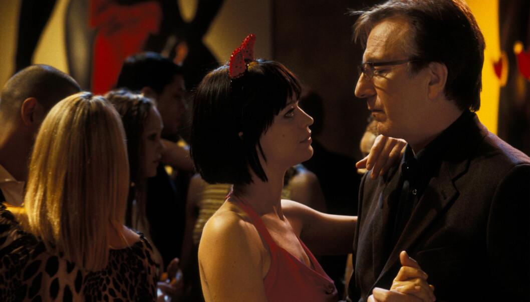 <strong>HET ROMANSE:</strong> I «Love Actually» innleder Harry (Alan Rickman) et forhold til kollegaen Mia (Heike Makatsch) bak konas rygg. Ifølge regissør Richard Curtis kommer ikke den kommende oppfølgerfilmen til å inneholde noen hyllest til Rickman, som døde av kreft i fjor. Foto: NTB Scanpix