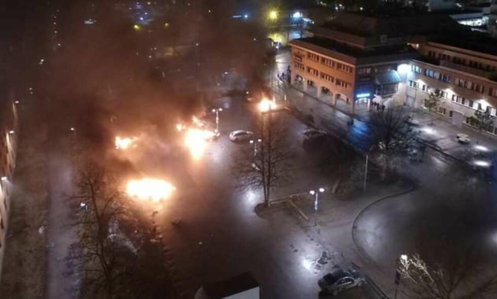 BRENNENDE BILER: Det meldes om at et titalls biler er satt i flammer i Rinkeby, utenfor Stockholm. Foto: Janne Åkesson / Expressen