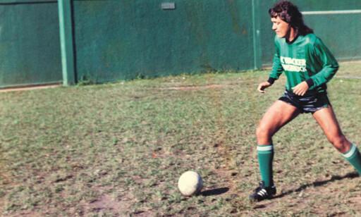 I GLANSDAGENE: Kaiser med ballen som ung spiller. Han var ikke god nok til å bli profesjonell, men ved hjelp av sjarm og utstråling klarte han å skaffe seg et levebrød av det. Foto: FourFourTwo