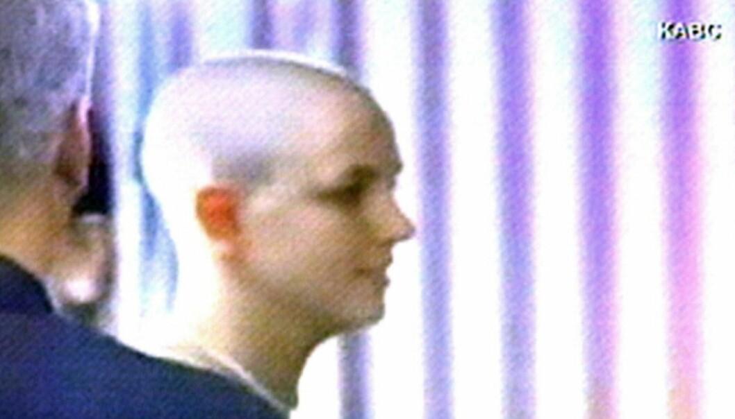 FJERNET HÅRET: Tv-kanalen KABC viste bilder av en nybarbert Britney Spears den 17. februar i 2007. Flere paparazzier foreviget også øyeblikkene. Foto: AFP, NTB scanpix