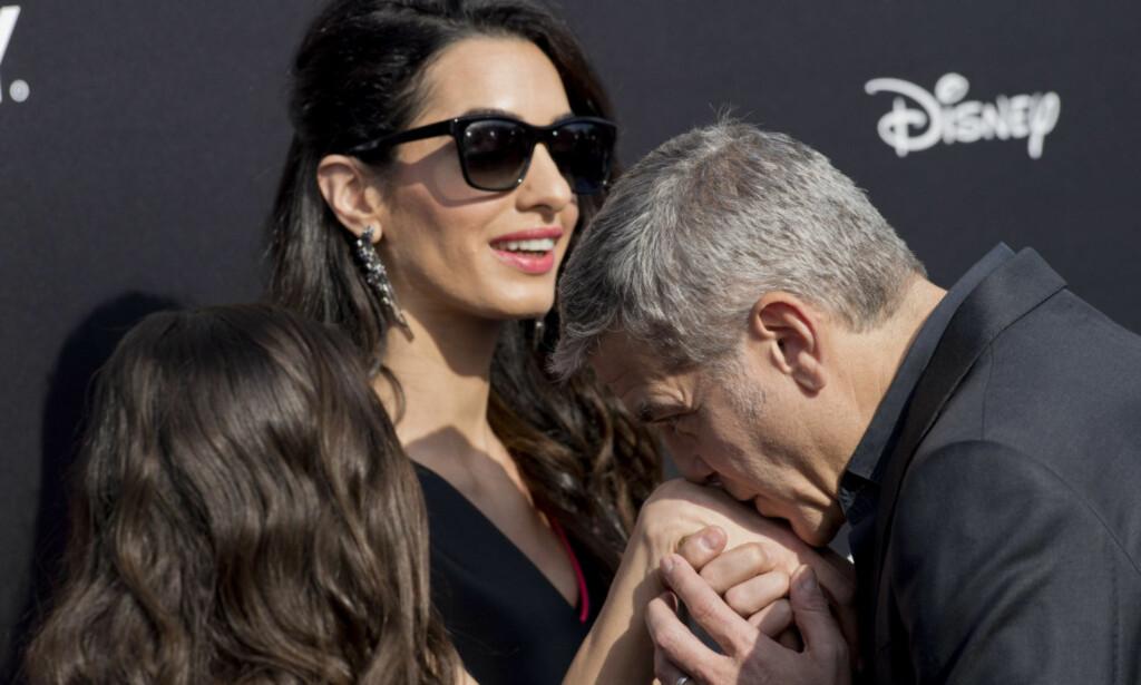 FORELSKET: Clooney har ingenting imot å vise verden sine sterke følelser for sin vakre kone. Foto: NTB Scanpix