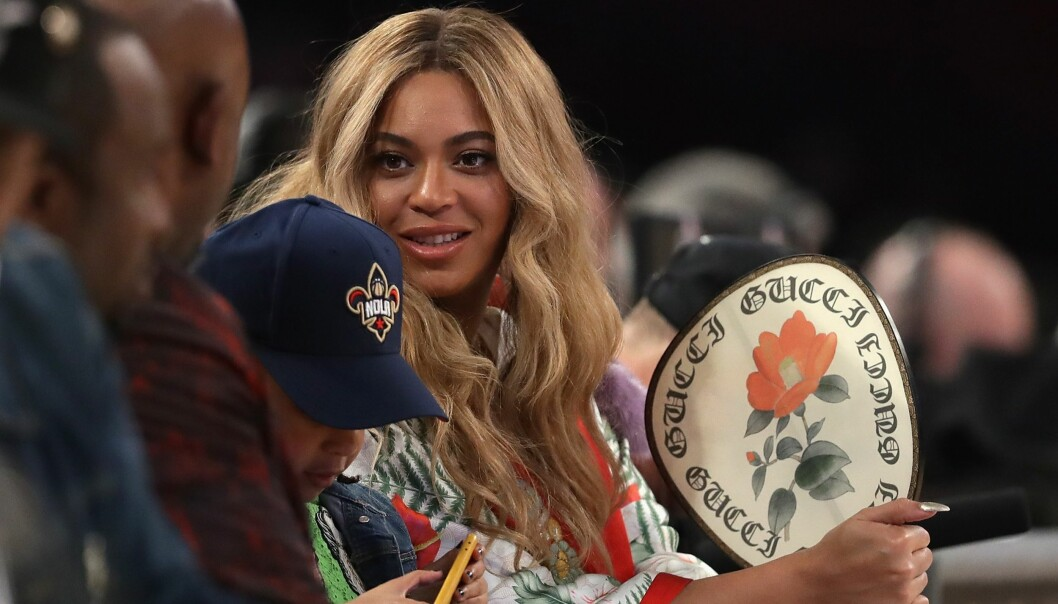<strong>- SKOLEPENGER:</strong> Flere reagerer på Beyoncés svindyre antrekk på en basketballkamp denne helga. Hun får imidlertid skryt fra uventet hold. Foto: NTB scanpix