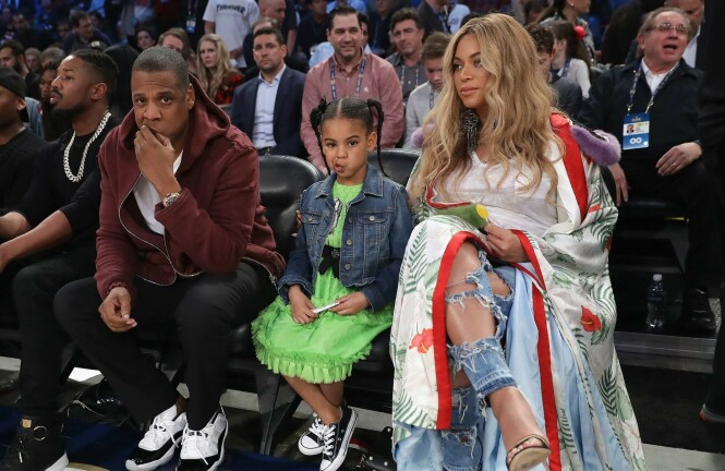 <strong>FAMILIEDAG:</strong> På første rad satt Carter/Knowles-klanen og fulgte med på kampen. Jay Z, dattera Blue Ivy og Beyoncé var alle ikledd svindyre plagg. Foto: NTB scanpix