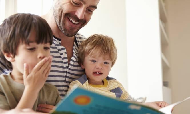 BEHANDLER BARNA FORSKJELLIG: Ifølge forskerne kan noe av forskjellen i IQ forklares av at det eldste barnet blir mer mentalt stimulert av foreldrene. Foto: NTB Scanpix