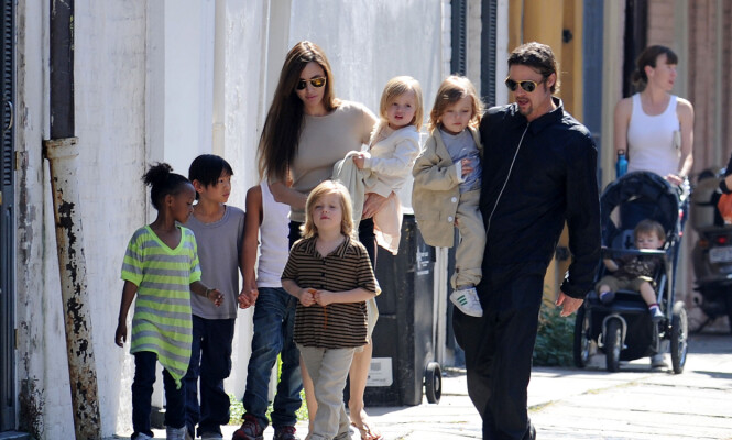 STORFAMILIE: Angelina og Brad har skapt en stor familie i løpet av ekteskapet. Her sammen med barna, Maddox (15), Pax (13), Zahara (11), Shiloh (10) og tvillingene Knox og Vivienne (8). Foto: NTB Scanpix.