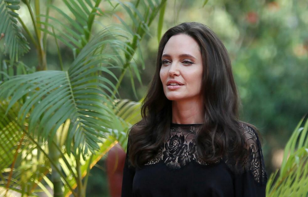 EKSOTISK MAT: Det var ikke bare omgivelsene som ble eksotiske under Angelinas reise til Kambodsja. Det ble nemlig også servert tarantellaer og skorpioner som mat. Foto: NTB Scanpix.
