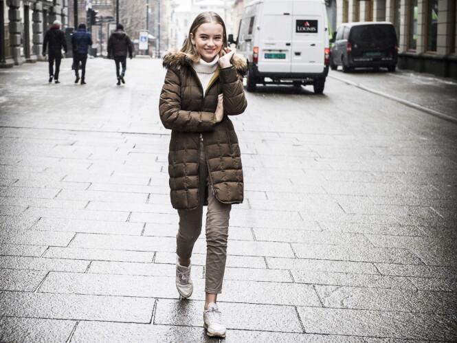 DELER ERFARINGER: Emma har fått en stor følgerskare på YouTube. Der deler hun sminketips, hverdagslige tips og svarer på spørsmål om kjønnsskifte. Foto: Lars Eivind Bones / Dagbladet