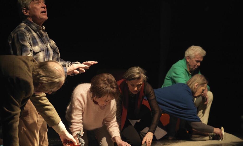 ERFARINGER: Lange livs oppsamlede kunnskap møter respekt i «Overføring». Erik Hivju, Kai Remlov, Britt Langlie, Wenche Medbøe, Grethe Ryen og Toralv Maurstad spiller rollene. Foto: Fin Serck-Hanssen, Det Norske Teatret