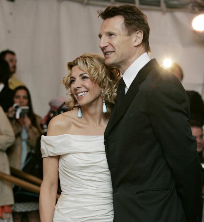 <strong>MISTET KONA:</strong> Liam Neeson sammen med Natasha Richardson på MET-gallaen i New York i mai 2005, nesten fire år før hun døde. Foto: Stuart Ramson / AP/ NTB scanpix