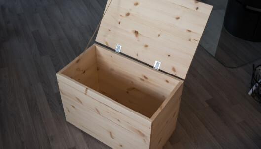<strong>KISTE:</strong> To hengsler er det som trengs for å feste et lokk på kassen. Det gir både oppbevaring og sitteplass. FOTO: Simen Søvik