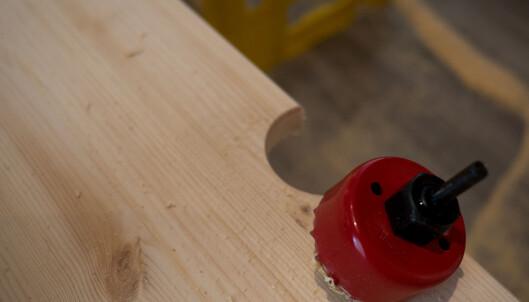 <strong>HÅNDTAK:</strong> En hullsag gjør jobben enkel. Du kan lage runde håndtak på sidene eller halvsirkler på toppen. FOTO: Simen Søvik