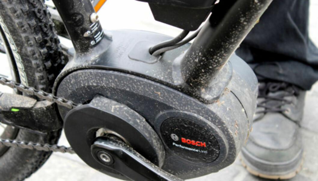 <strong>VED FØTTENE:</strong> På terreng-elsykler finner du som oftest motoren ved pedalene og batteriet i ramma . Foto: Ole Petter Baugerød Stokke