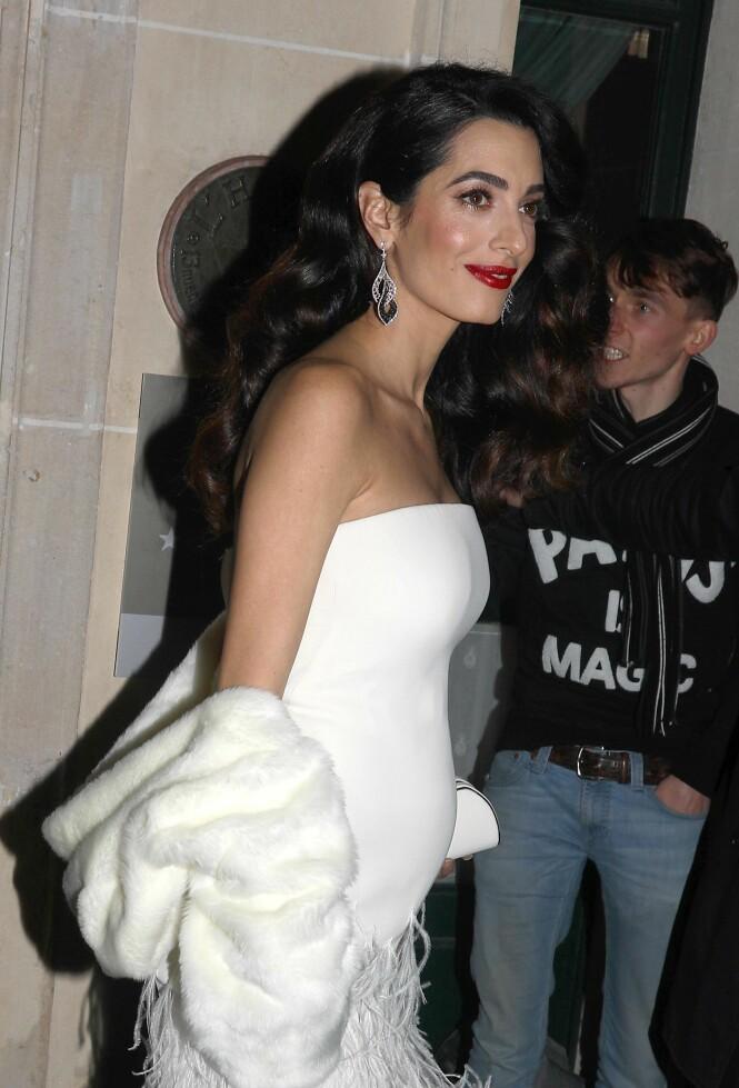 <strong>TVILLINGER:</strong> Amal Clooney strålte på den røde løperen, gravid med tvillinger. Foto: NTB Scanpix