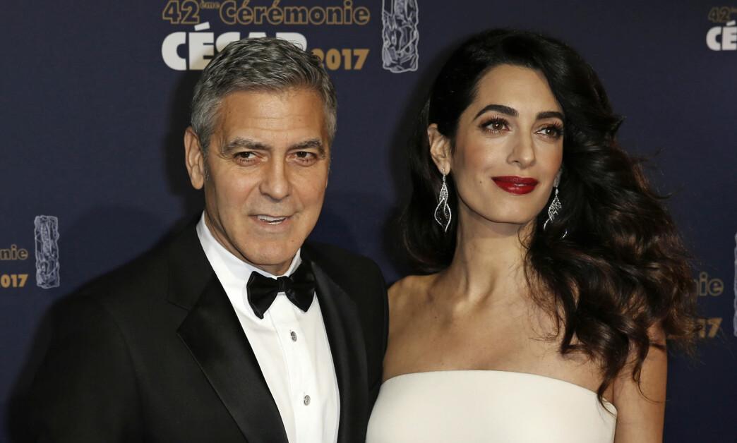 <strong>GRAVID:</strong> Sammen med sin mann George Clooney, strålte gravide Amal Clooney på den rød løperen i Paris. Foto: NTB SCANPIX