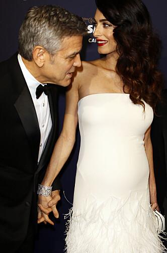 <strong>PÅ RØD LØPER:</strong> George Clooney sammen med sin gravide kone under 42nd César Awards i Paris. Foto: NTB Scanpix