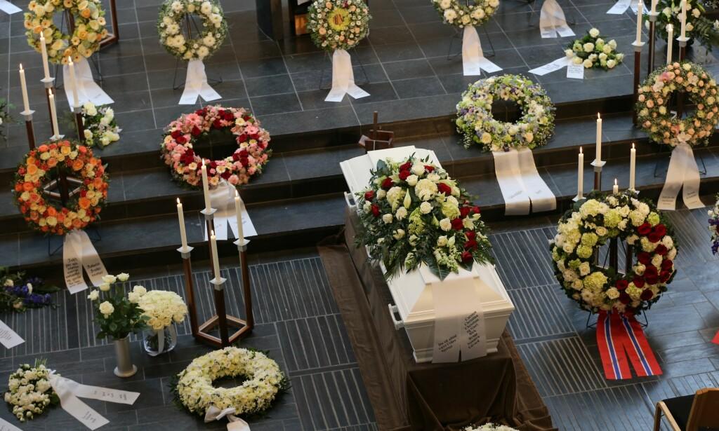 BISATT: Kaci Kullmann Five gravlegges i dag. Hun gikk bort søndag 19. februar, 65 år gammel. Her fra Lommedalen kirke i formiddag. Foto: Andreas Fadum