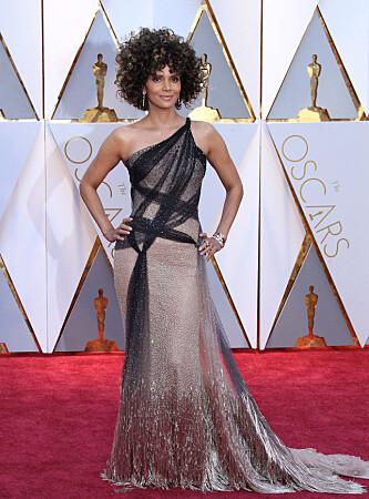 <strong>FREMDELES PÅKLEDD:</strong> Slik så Halle Berry ut på Oscar-løperen i sin kjole fra Atelier Versace. Foto: NTB Scanpix.