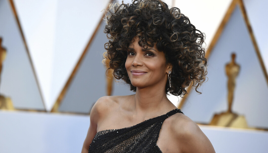 <strong>AFRO:</strong> Skuespilleren viste fram krøllene på den røde løperen under Oscar-utdelingen. Foto: NTB Scanpix.