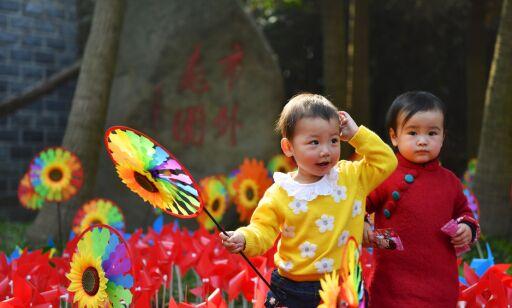 image: I 37 år nektet Kina folk å ha mer enn ett barn. Nå vil de betale for flere barn