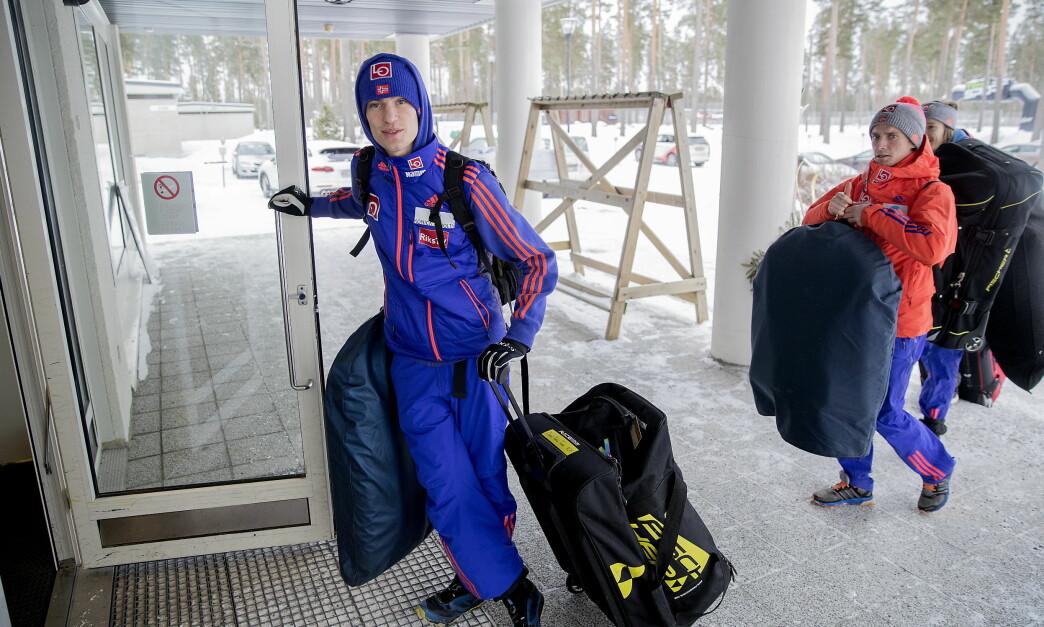 <strong><div><br></div><div>HIT, MEN IKKE LENGER:</strong> Daniel-André Tande venter på hoppkompisene ved utøverhotellet etter trening i Lahti. Innenfor er det et sett med regler de må følge. Foto: Bjørn Langsem</div>