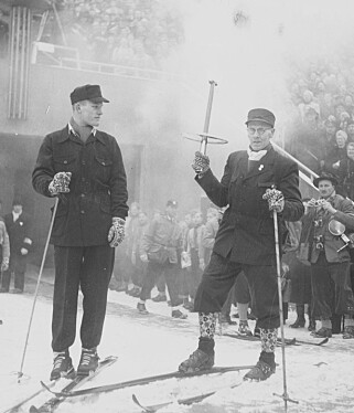 BISLETT STADION 15. FEBRUAR 1952: Eigil Nansen (19) til venstre er klar til å tenne OL-ilden. Skilegenden Lauritz Bergendahl (64) er klar til å overrekke fakkelen fra Morgedal. FOTO: JOHAN BRUN/DAGBLADET.