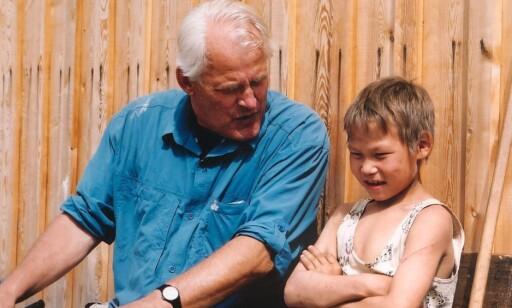 - STORT HJERTE: Eigil Nansen og en glad gutt av urfolket ketere i Sibir i 2003.Nansen bidro sterkt til å bygge opp igjen en landsby som ble rasert i flom. Foto: Eva Olsvold Sundar.
