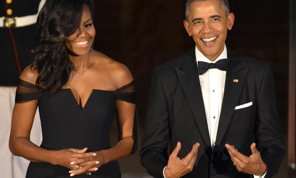 MELLOM TO PERMER: Michelle og Barak Obama skal nå skrive sine memoarer. For en klekkelig sum. Foto: NTB Scanpix