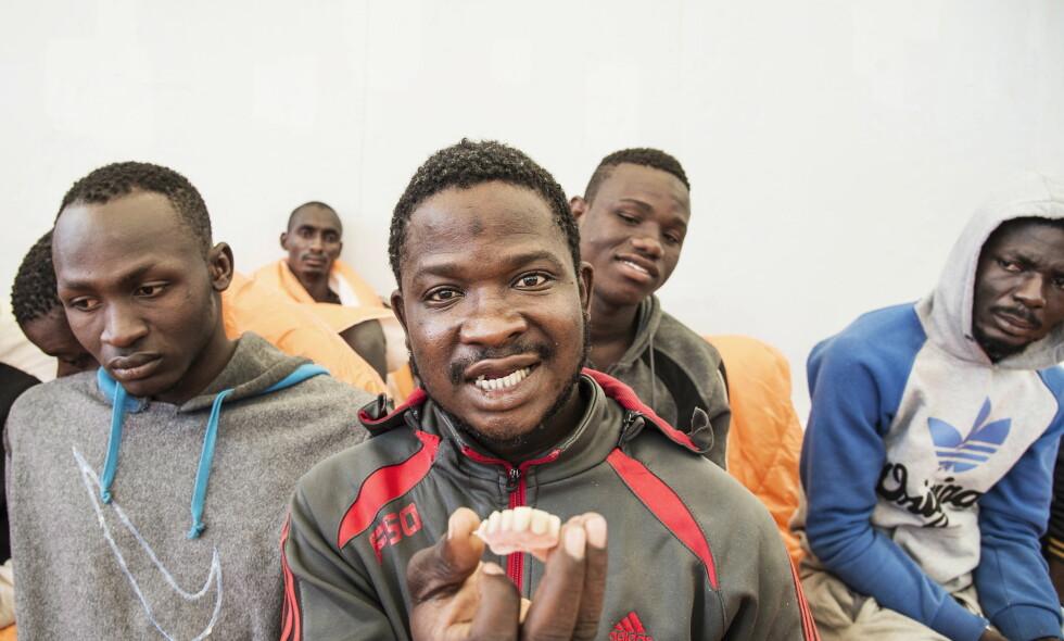 SOLGT SOM SLAVE: Tidligere i år møtte Dagbladet Doumbia Abdolaye, 25, fra Elfenbenskysten. Han ble torturert og solgt i Libya. Her med løstenner i neven. Foto: Hans Arne Vedlog  / Dagbladet