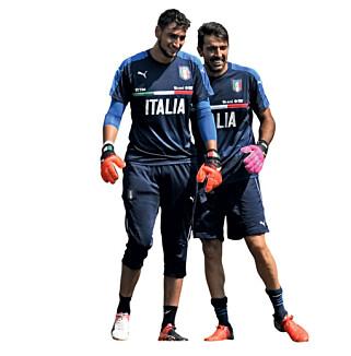 ARVTAKER: Det er ventet at Gigio Donnarumma vil ta over den dagen gianluigi Buffon legger hanskene på hylla. Foto: FourFourTwo
