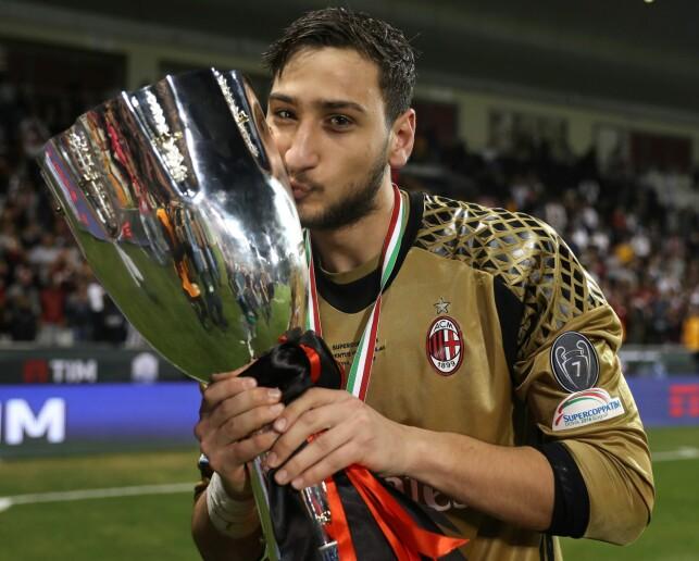 FØRSTE AV MANGE: Gianluigi Donnarumma holder trofeet etter Super Cup-finalen. Foto: AFP PHOTO / KARIM JAAFAR / NTB Scanpix