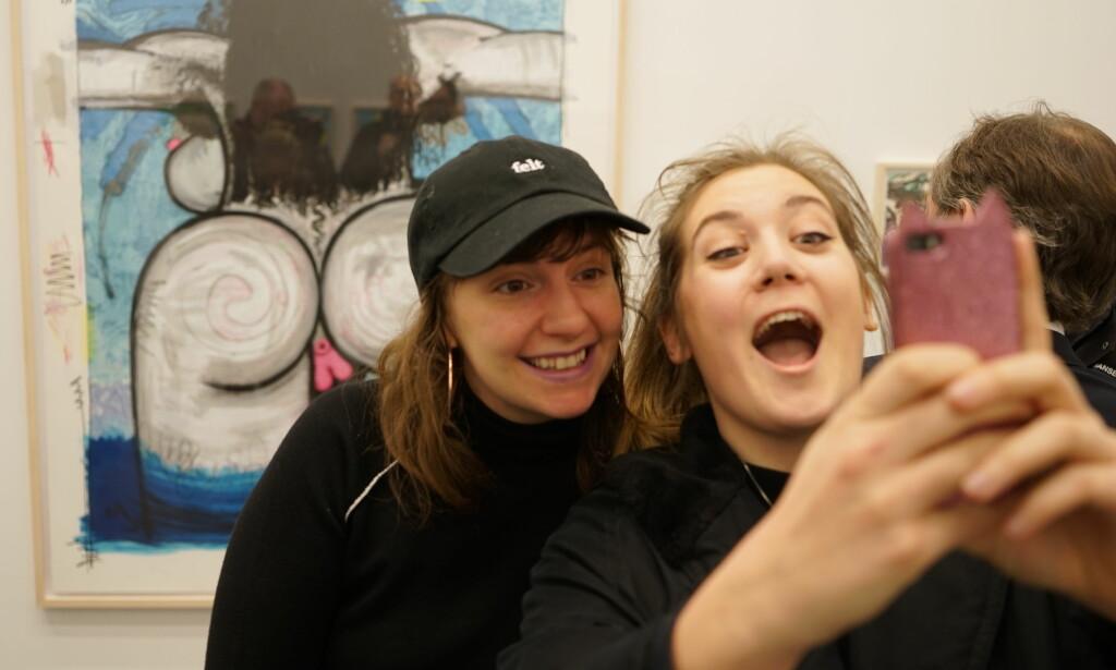 FAN: Julia Krohn (t.h) dro på utstillingen for å møte sitt store idol, Lena Dunham (t.v). Hun ble ikke skuffet, og fikk toppet det hele med en selfie. Foto: Per Ervland