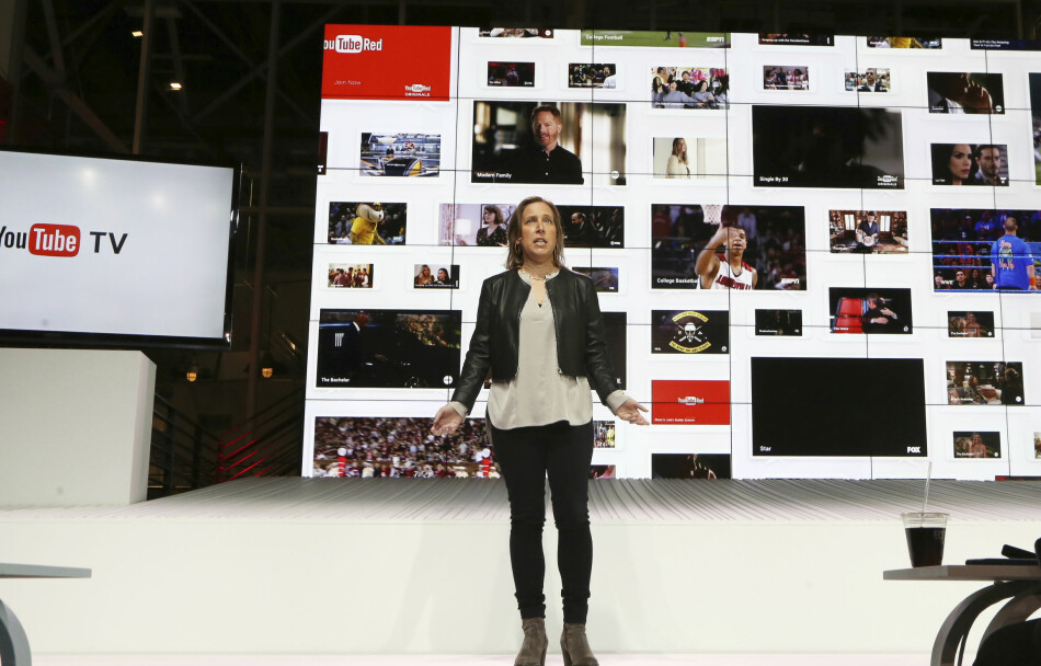 YouTube-sjef Susan Wojicki presenterer YouTube TV under en seanse i Los Angeles, 28. februar. Det var intet godt nytt for de tilbydere av tradisjonell kabel- og satellitt-TV.  Foto: AP Photo/Reed Saxon