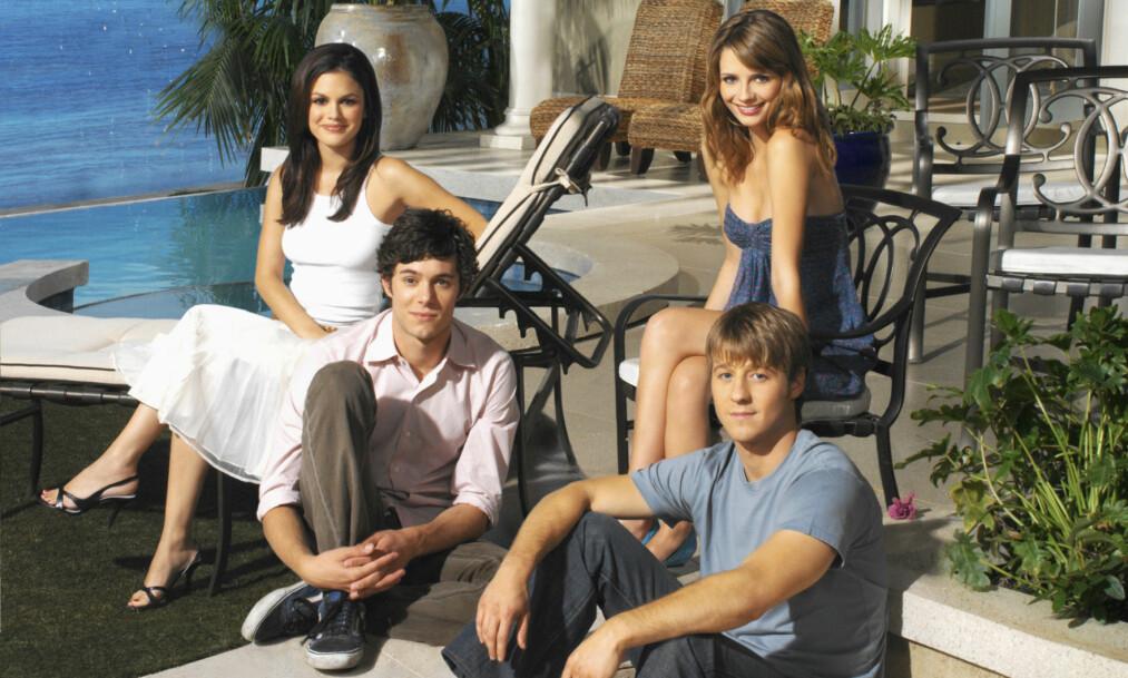 UNGE OG LOVENDE: Rachel Bilson, Adam Brody, Mischa Barton og Ben McKenzie visste lite om den suksessen som ventet dem etter at den første episoden av «The O.C.» begynte å rulle på amerikansk TV august 2003. FOTO: TV2