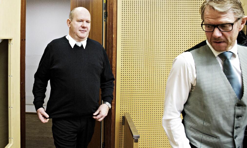<strong>KORRUPSJONSTILTALT:</strong> Pensjonert orlogskaptein, Bjørn Stavrum vedgår å ha gjort feil, men mener mange andre var kjent med at Forsvarets båter var i ferd med å bli solgt til Nigeria. Her er han på vei inn i sal 207 i Oslo tingrett sammen med sin forsvarer, Kim Ellertsen (t.h.) fra advokatfirmaet Elden.  Foto: Nina Hansen / Dagbladet